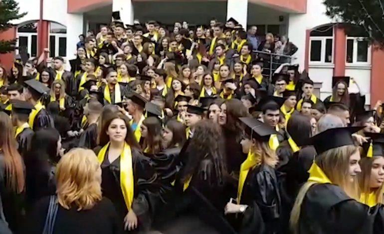 """Ultima zi de școală pentru elevii claselor a XII-a – La Curtea de Argeș, absolvenţii de la """"Vlaicu Vodă"""" au menținut tradiția paradei pe bulevard"""
