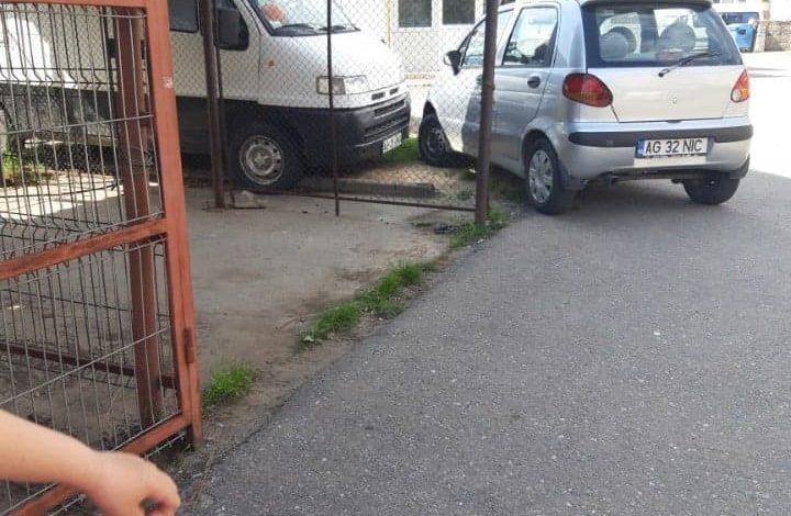 ARGEȘENII SESIZEAZĂ: Consilierul Ionel Păunescu ne blocheză parcarea…