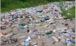 VIDEO ! Imagini apocaliptice in Argeş: Tone de gunoaie ajung in râu cu VIITURA NESIMŢIRII
