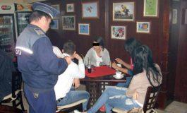 Elevii chiulangii din Curtea de Argeş, scoși din baruri de poliţiştii