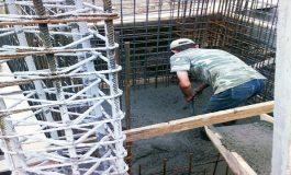 """LA UN PAS DE MOARTE ! Argeşean """"prins"""" în betonul turnat in fundaţia unui bloc"""