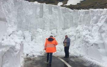 VIDEO| VEŞTI BUNE ! Drumarii curăță zăpada de pe Transfăgărășan. Stratul de zăpadă are în unele locuri peste șapte metri.