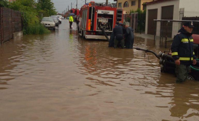 Zeci de gospodării şi drumuri din Argeş afectate de ploi – POMPIERII LA DATORIE