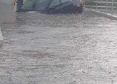 ACUM! Curtea de Argeș blocat - Mașină inghitita de ape la LIDL