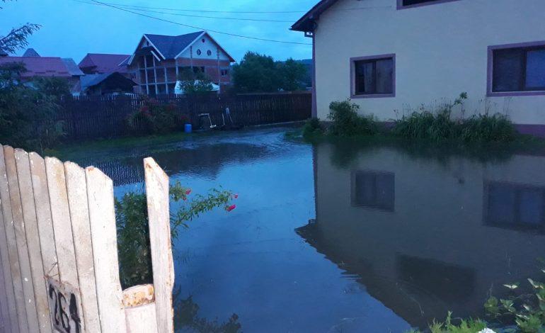 VIDEO | A FOST PRĂPĂD ÎN ARGEŞ ! Case inundate si probleme mari pe drumuri