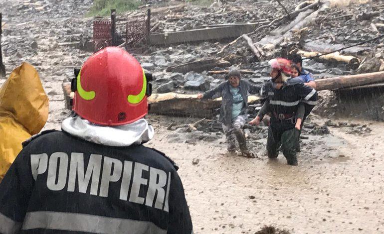 VIDEO – Furtuna a făcut prăpăd în Argeș, la Rucăr: persoana luata de viitură și drum blocat