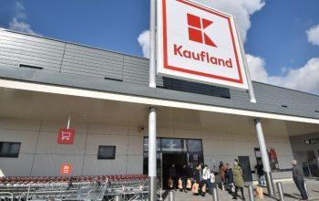 ACUM! O angajată Kaufland și-a tăiat mâna în feliatorul de mezeluri