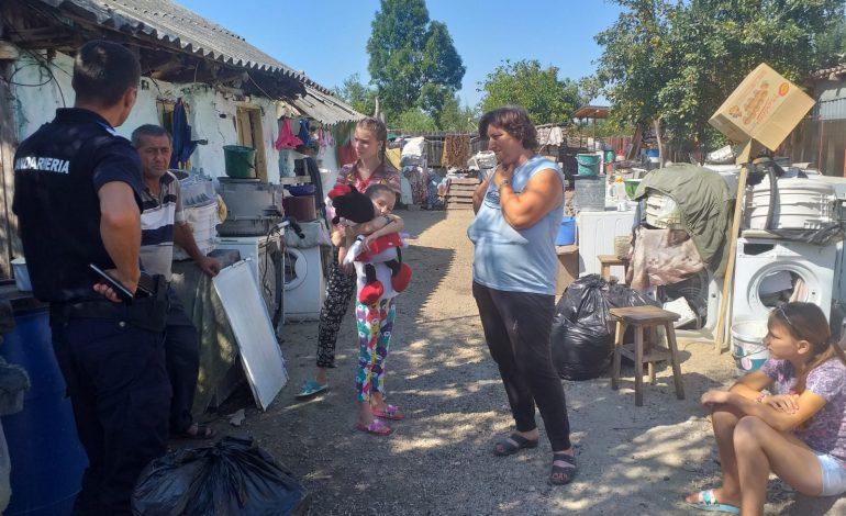Jandarmii argeșeni au donat haine, jucării și alimente unei familii din Argeș