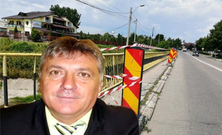SELFIE CU… PIC | Primare, faci un selfie si aici ? Trotuarul podului de la Lukoil stă să cadă