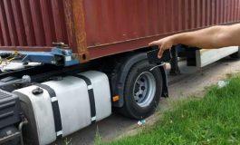 Doi şoferi de TIR, dosar penal pentru delapidare - Sustrăgeau motorina din maşinile firmei