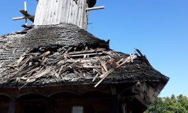 ACUM ! Arde acoperişul unei biserici din Argeş