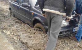ACUM ! 5 maşini cu 16 persoane, blocate din cauza ploilor la Nucşoara şi Voina