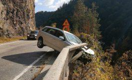 VIDEO ACUM! Accident spectaculos la Vidraru - Cu mașina la un pas de prapastie