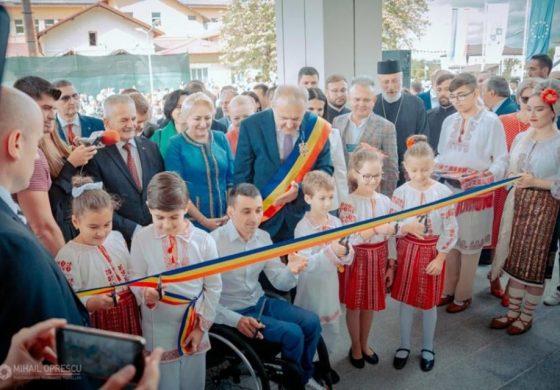Ospătarul şi doctorul au reînviat spiritul congreselor comuniste - Nu au raspuns acuzațiilor de risipă în noul spital din Mioveni