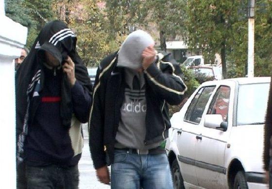 La Băiculești, doi tineri prinși la furat din mașini